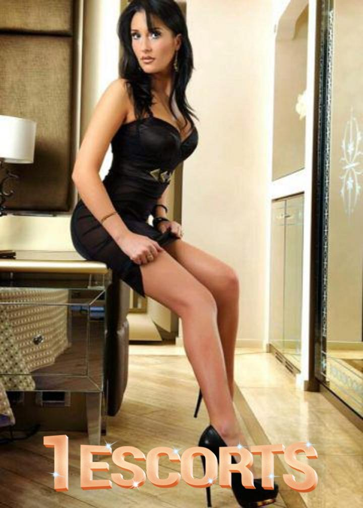 Annaysa Best brunette model escort in Amsterdam -1