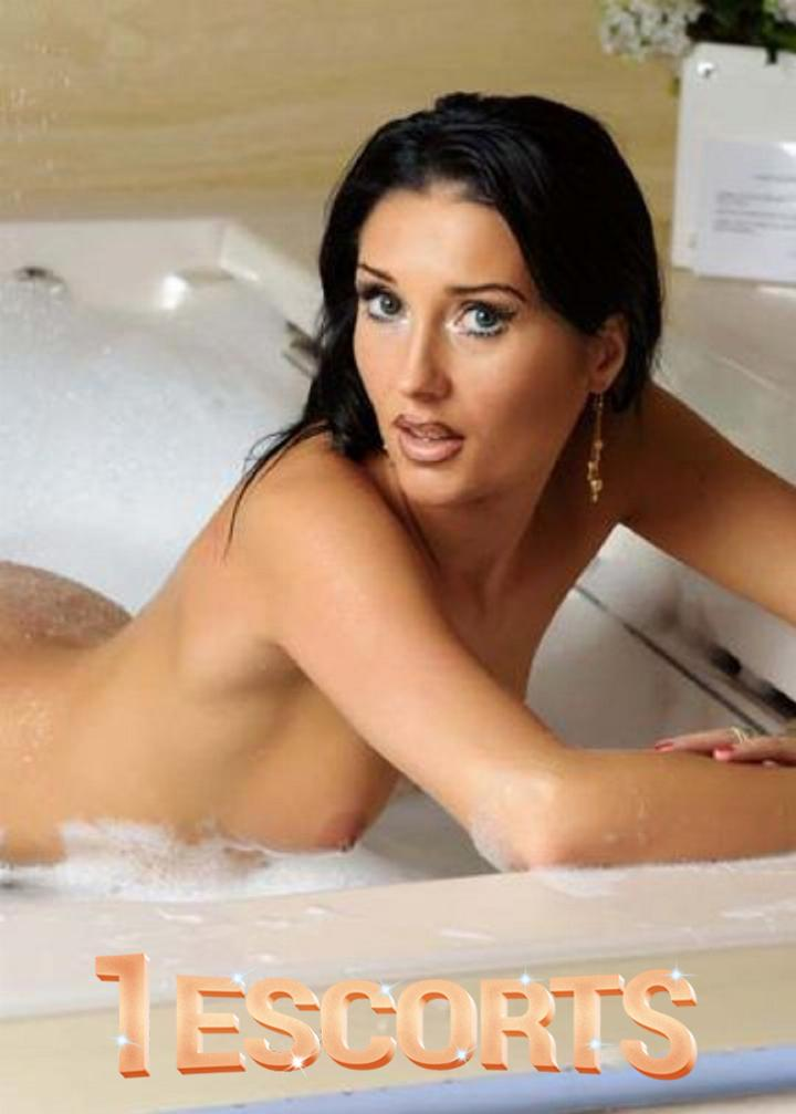 Annaysa Best brunette model escort in Amsterdam -3